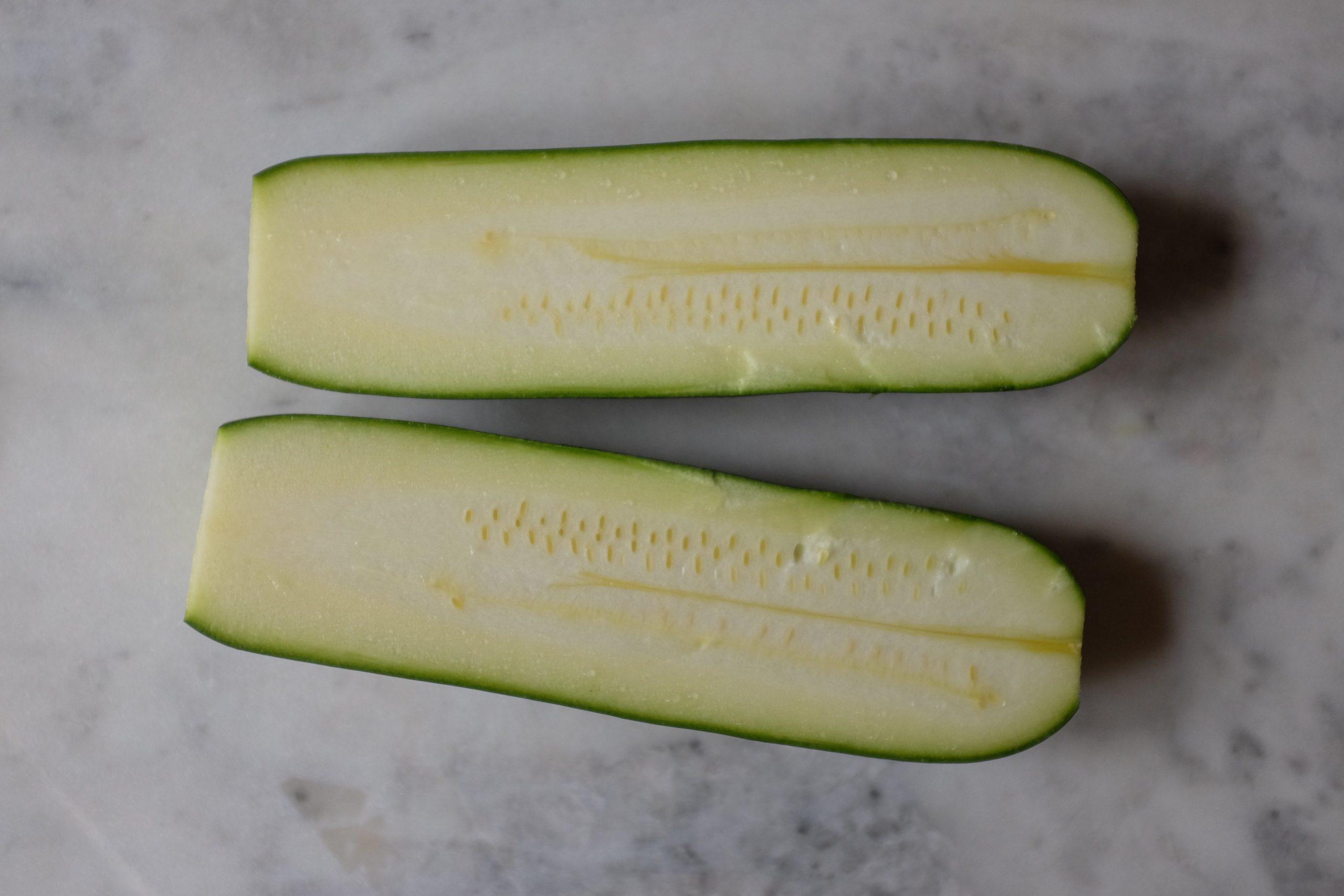 Taglia la zucchina a meta in orizzontale