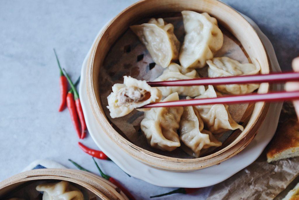 I ravioli cinesi al vapore. Con la popolarità che i ristoranti di dim sum hanno acquisito in tutto il mondo, i ravioli cinesi sono stati utilizzati come piatto di antipasto.