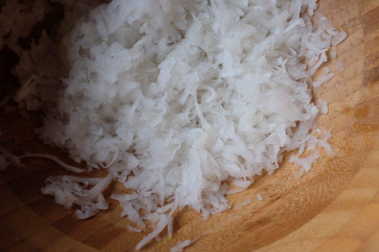 Pela e grattugia il daikon. Mettilo in acqua bollente. Quando l'acqua bolle, toglilo e strizzalo bene.