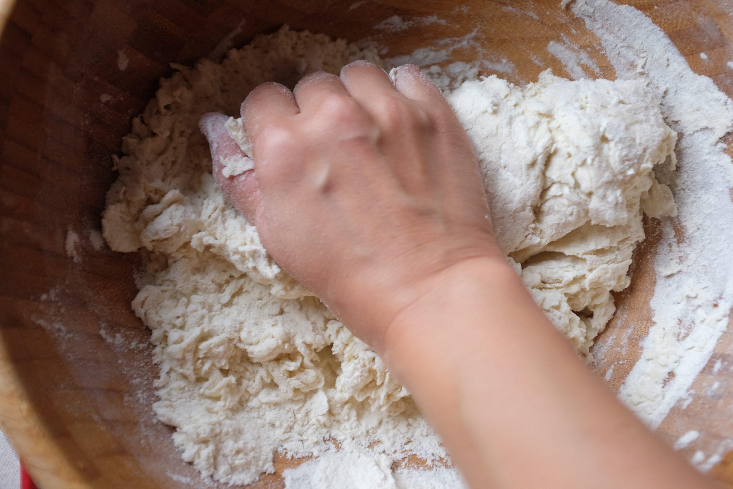 Versa la farina ed il sale in una ciotola, poi aggiungi l'acqua poco per volta mentre mescoli per amalgamare.