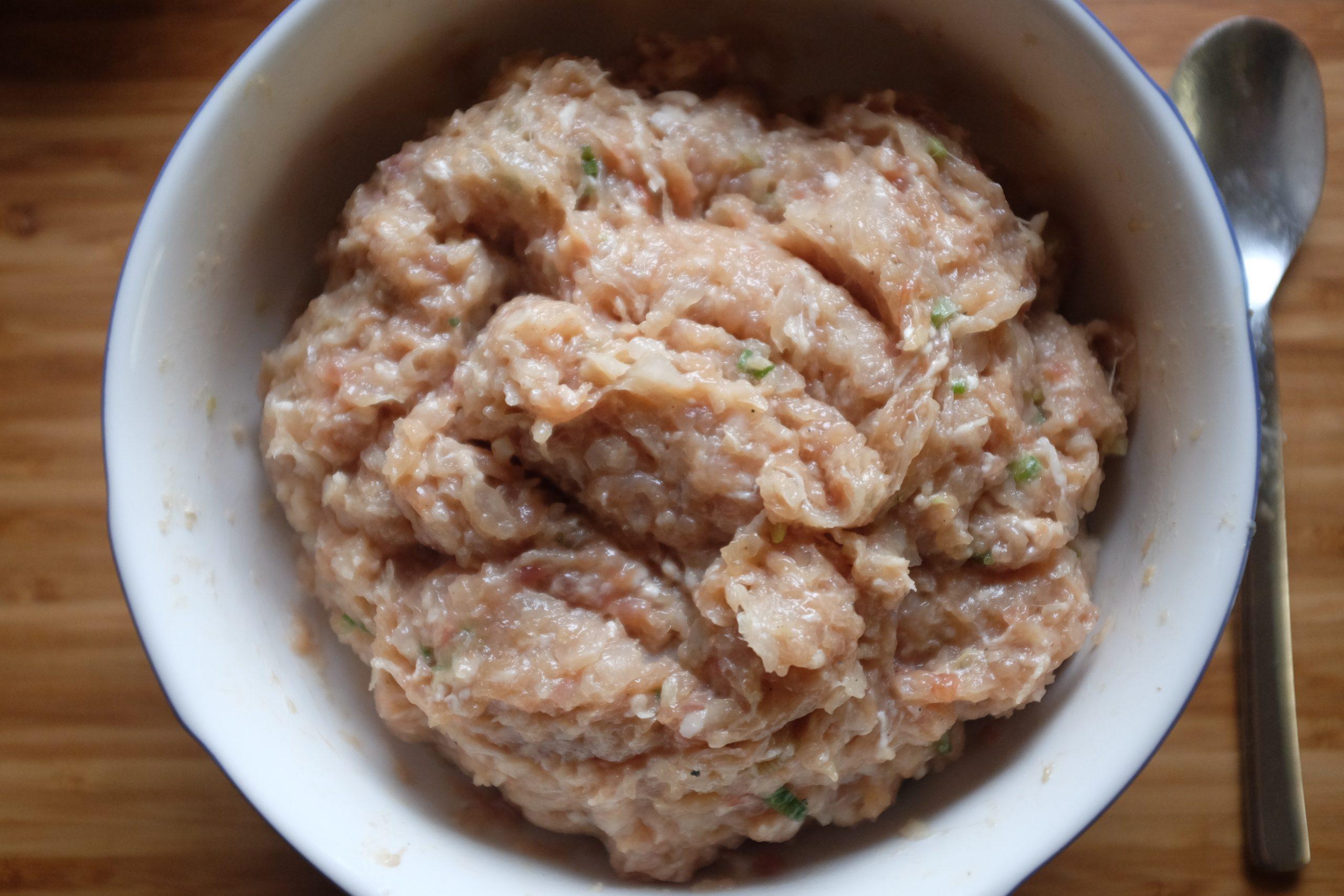 Aggiungi il daikon alla carne. Mescola bene fino ad ottenere un ripieno compatto.