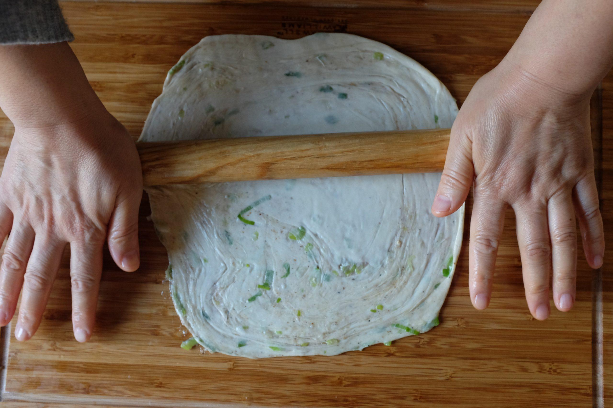 Prendine uno e arrotolalo per farlo diventare una pasta sottile. Cerca di tenerlo il più rotondo possibile (tieni conto che non è obbligatorio 😊).