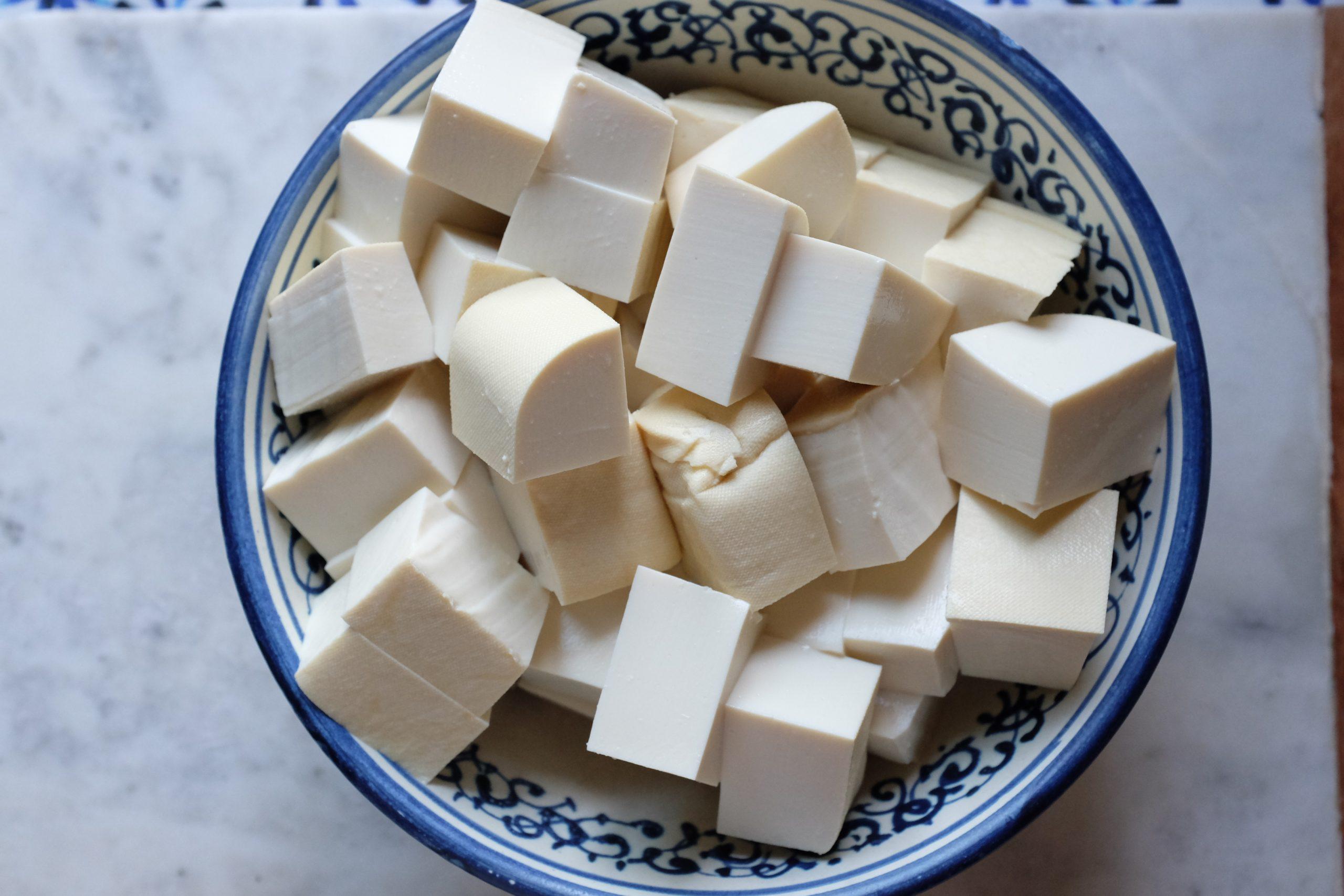 Taglia il tofu in dadini