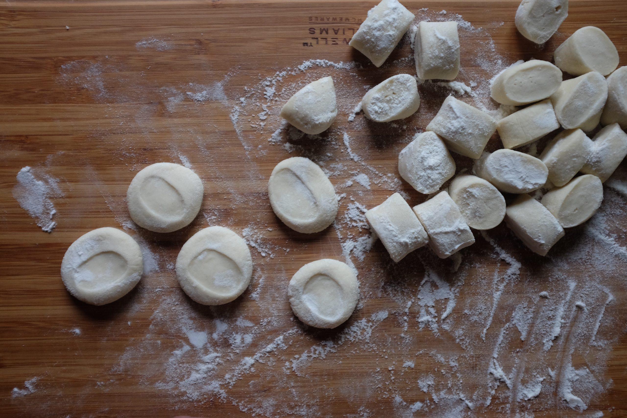 Spiana ogni pezzo fino a farlo diventare piatto e a forma rotonda.