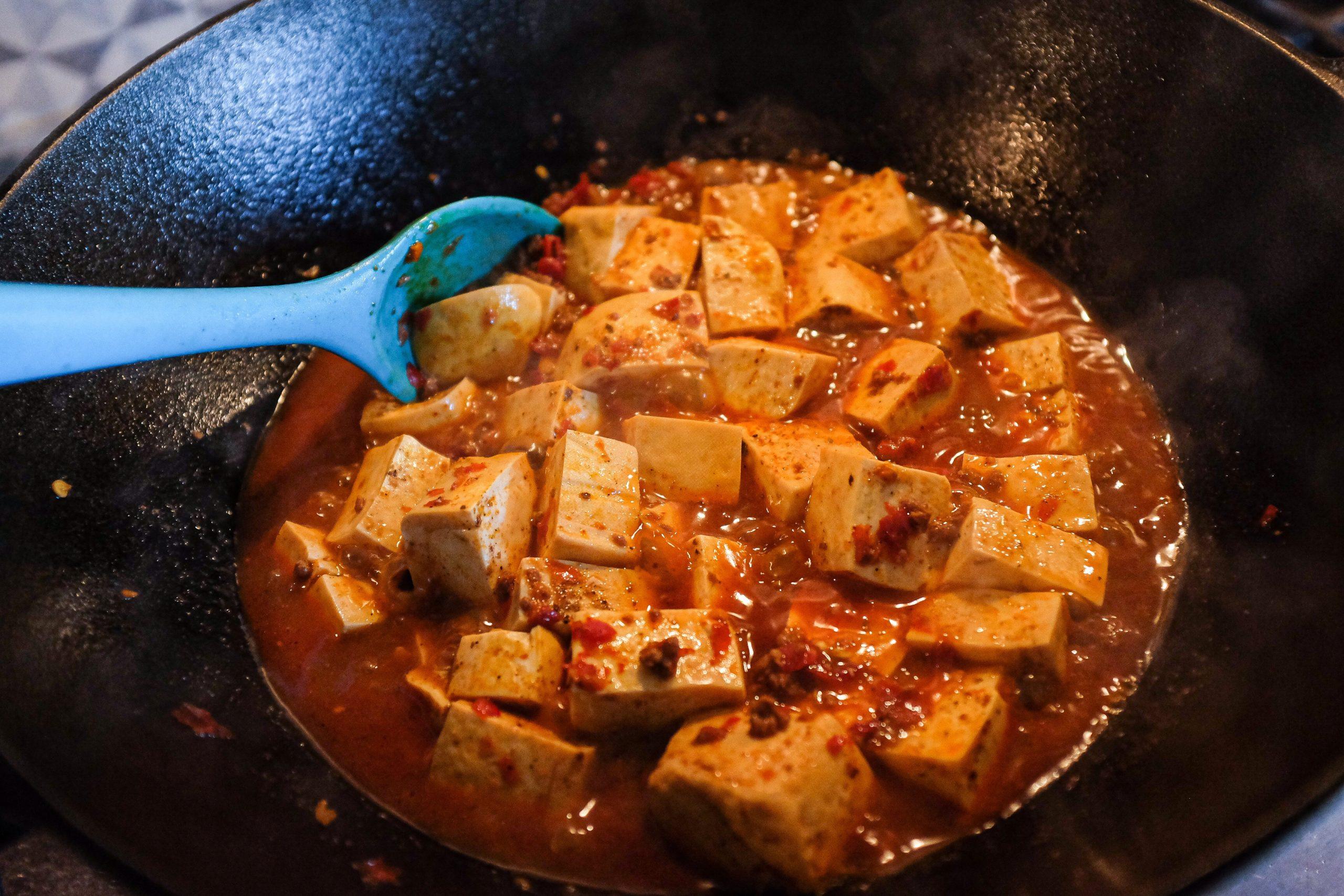 Aggiusta la posizione del tofu gentilmente facendo in modo che ogni dado sia ben immerso nell'acqua.