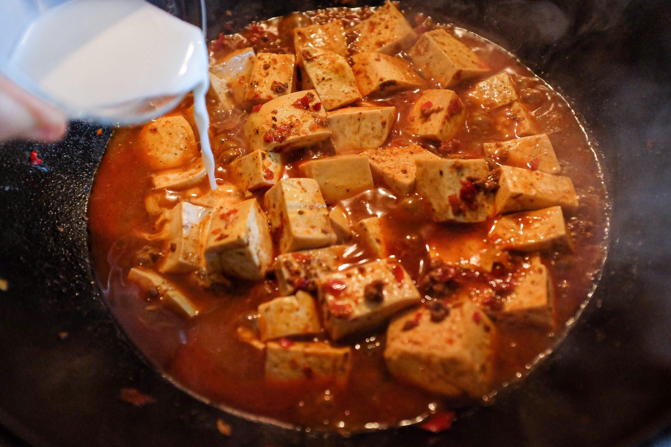 Versa questo composto sul tofu gradualmente fino a quando il liquido rimanente non si è addensato. Spengi i fuochi e gira gentilmente assicurandoti che il tutto sia ben mescolato