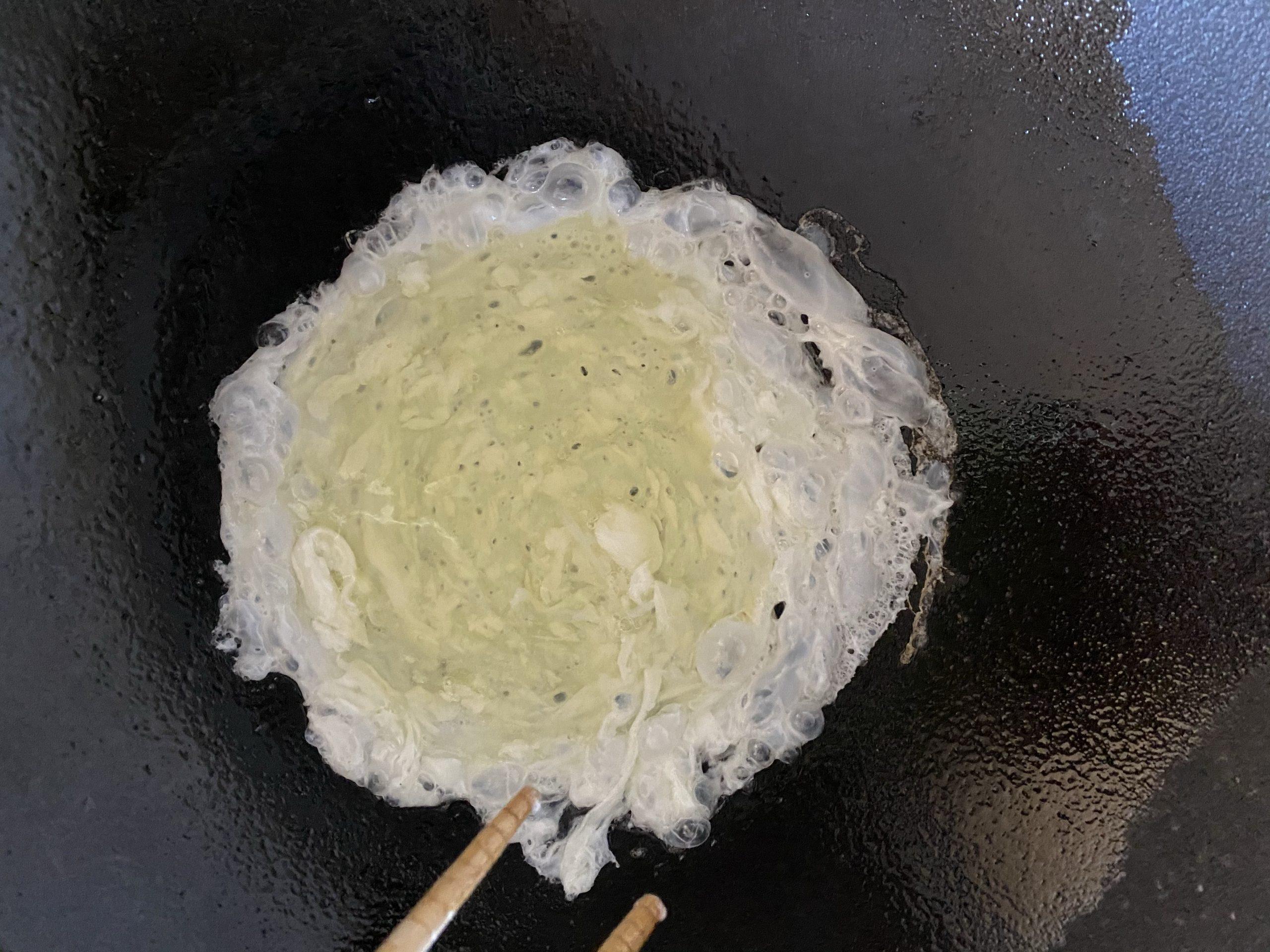 Metti l'albume nel wok e appena cotto mettilo in un piatto. lo userai successivamente.