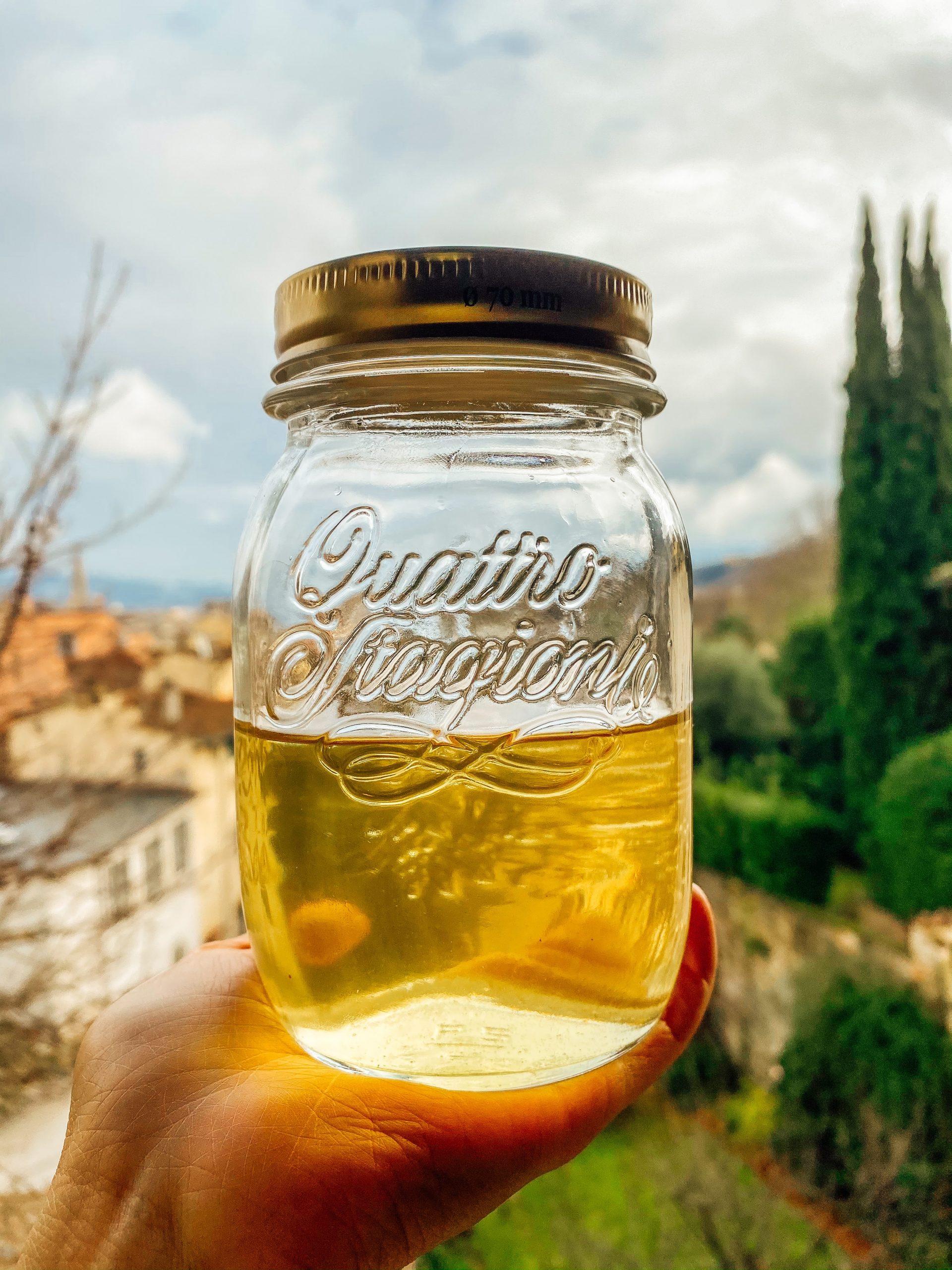 Attendi che l'olio si raffreddi completamente. Passalo da un colino fine prima di metterlo all'interno di un contenitore di vetro ben chiuso. Conserva in frigorifero e usalo al bisogno.