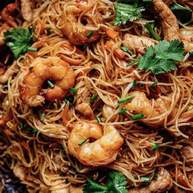 Spaghetti di riso saltati con carne e verdure