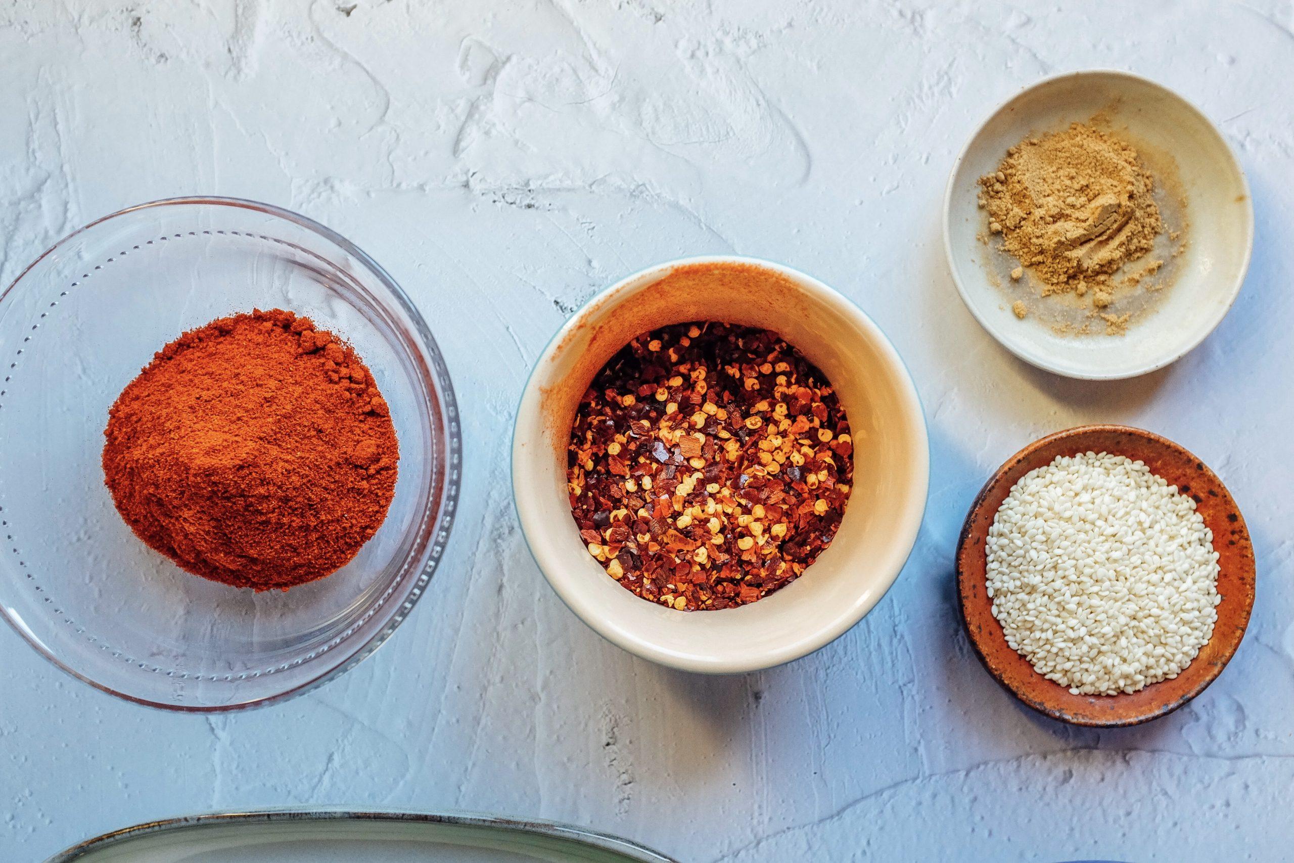 Mescola la paprika, il peperoncino frantumato e la polvere di cinque spezie insieme. Metti il risultato nell'olio.