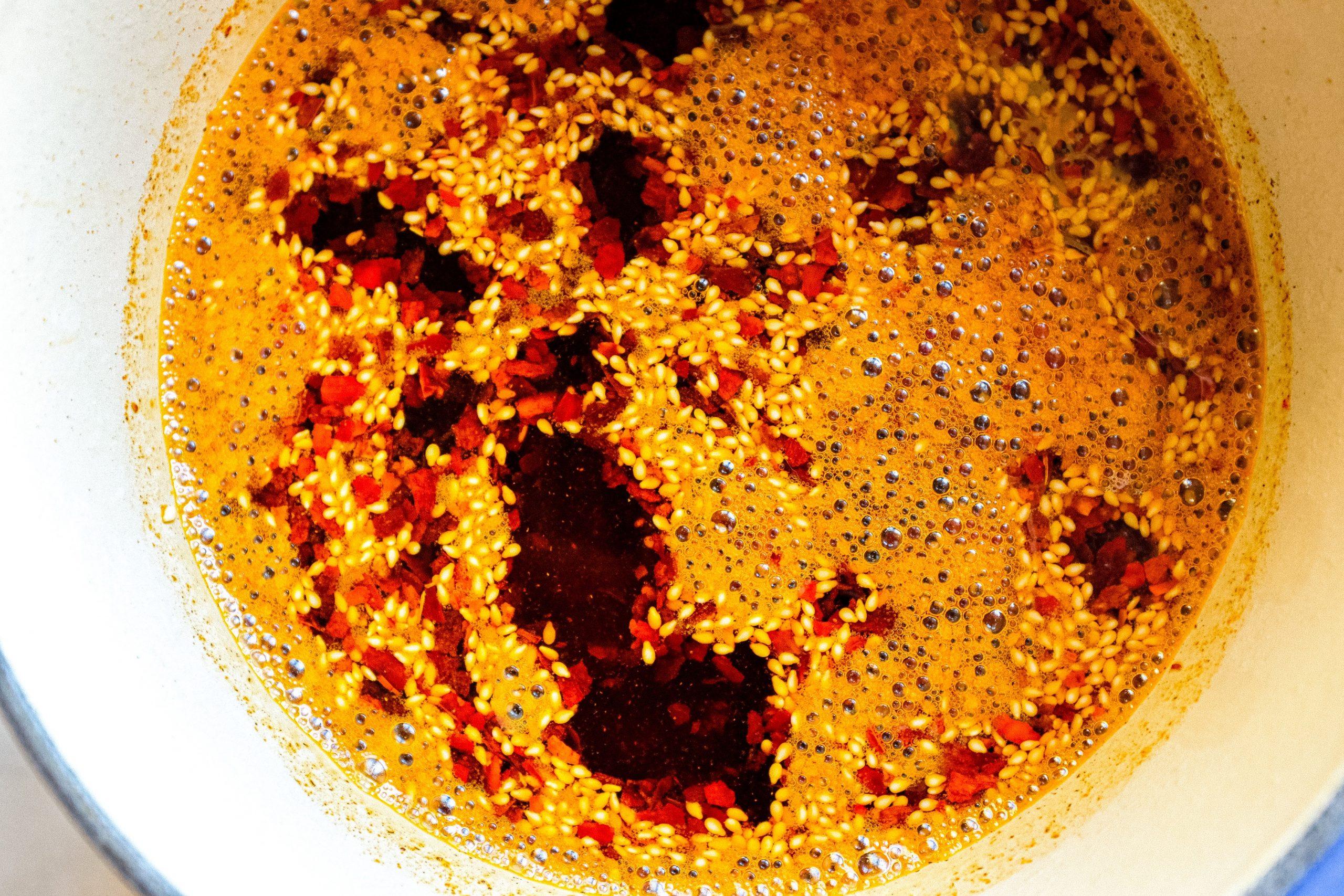 Salta l'olio gentilmente per fare in modo che tutti gli ingredienti si mescolino uniformemente.