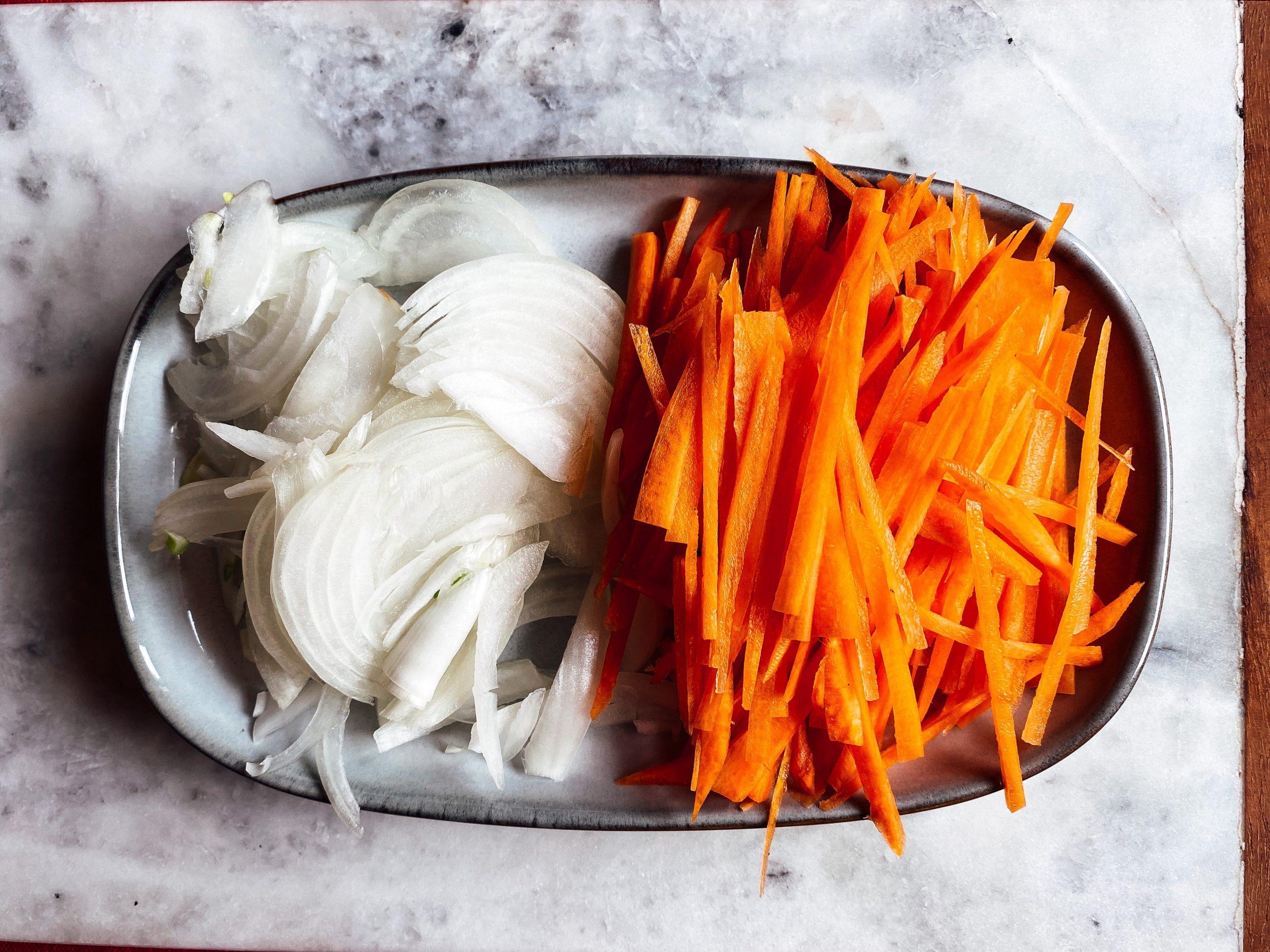 taglia la cipolla e le carote