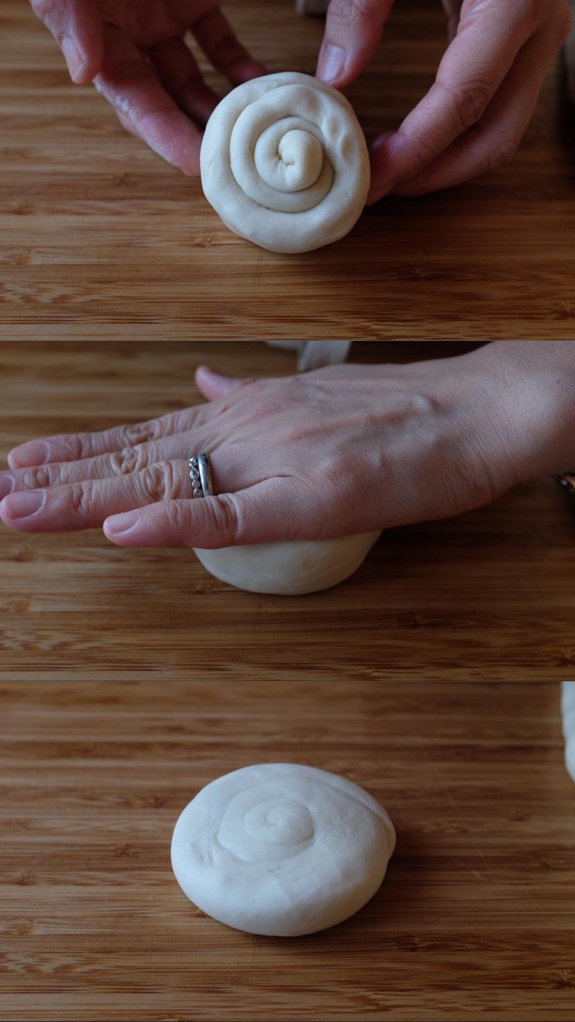 Appiattiscili usando il tuo palmo poi arrotola da un alto fino all'altro per dargli una forma come un guscio di lumaca. Nascondi la fine nella parte bassa e premi l'impasto gentilmente per sostenere la forma.