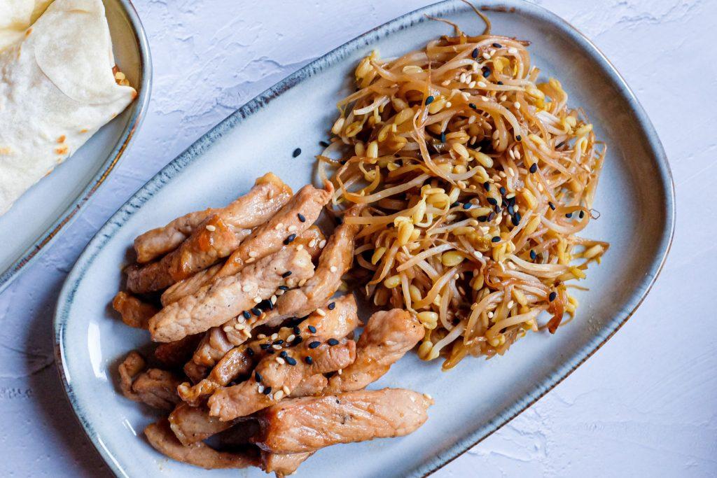 ripieni per l'arrotolato primavera: gli straccetti di carne saltati nella pasta di soia, i germogli di soia saltati, i germogli di aglio saltati