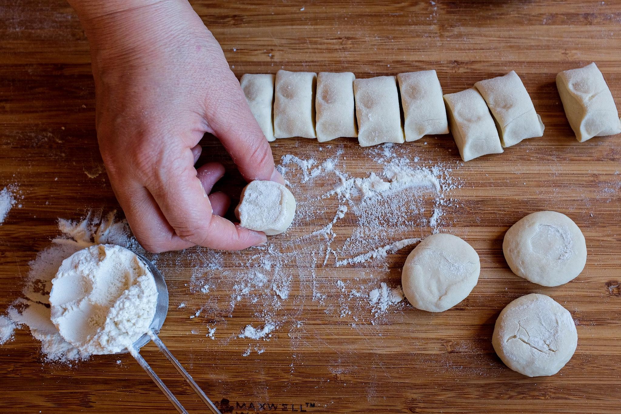 Fai dell'impasto una forma a tronco, con un coltello dividilo in piccoli pezzi (circa 15g l'uno).