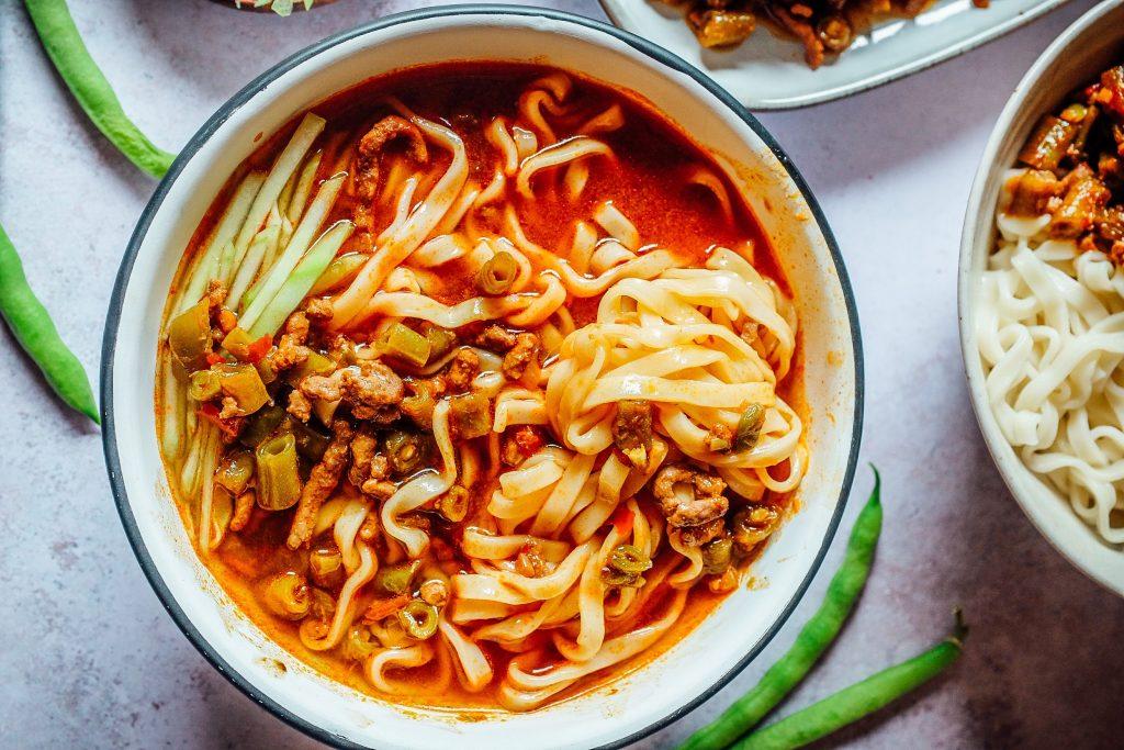 noodles al brodo con il sugo di carne e fagiolini