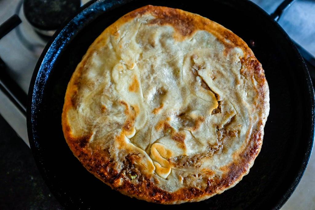 Metti il disco nella padella a fuoco media per cuocerlo per 1.5-2 minuti, poi giralo per cuocere l'altro lato per altri 1.5-2 minuti.