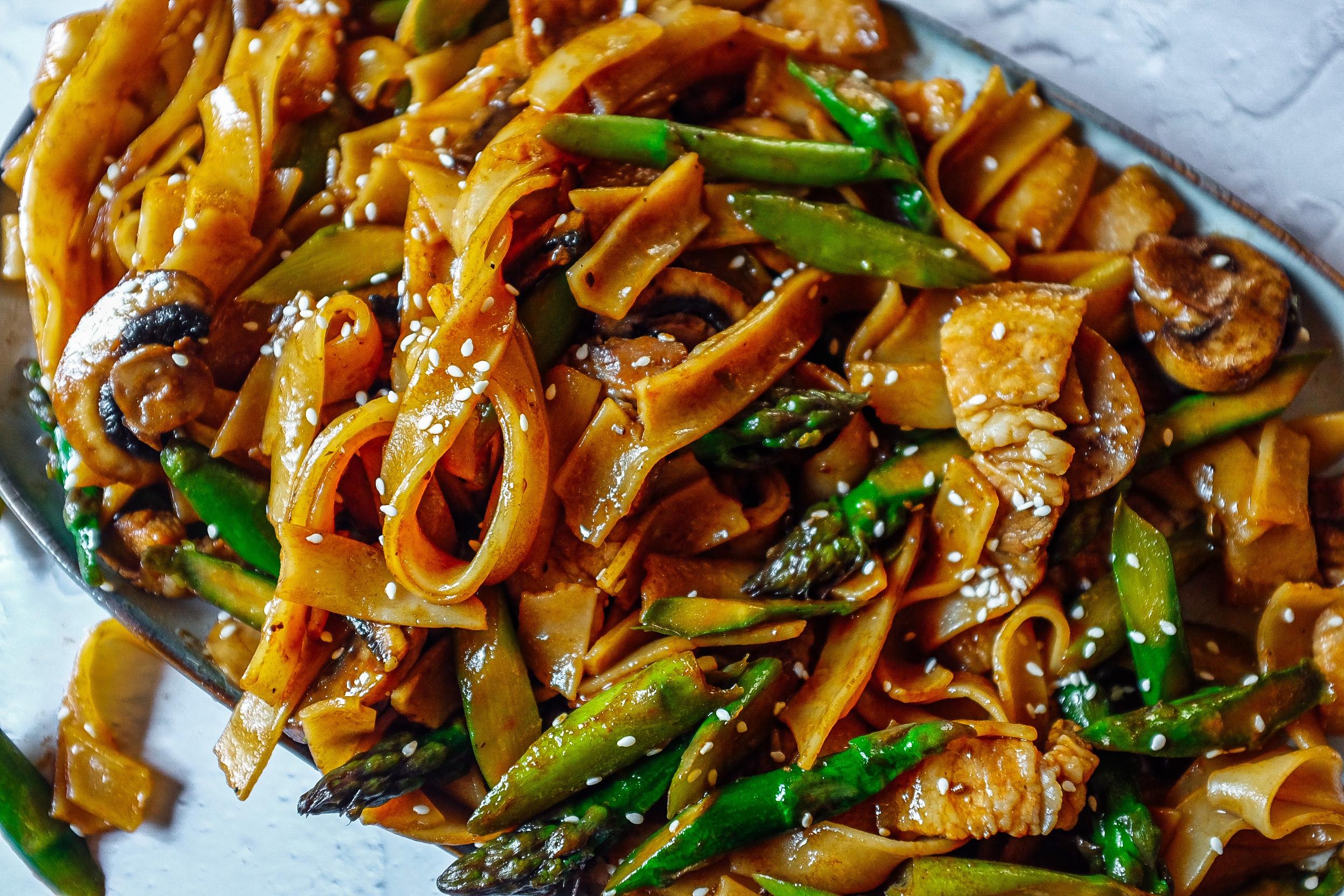 Quando il liquido nel wok è quasi completamente terminato di evaporare spegni i fuochi e servi.