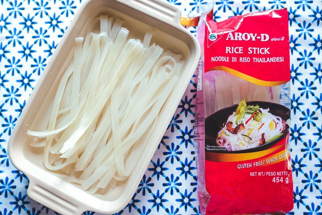 Metti le tagliatelle di riso in ammollo in acqua fredda per 30 minuti. Nel frattempo, prepara gli altri ingredienti.