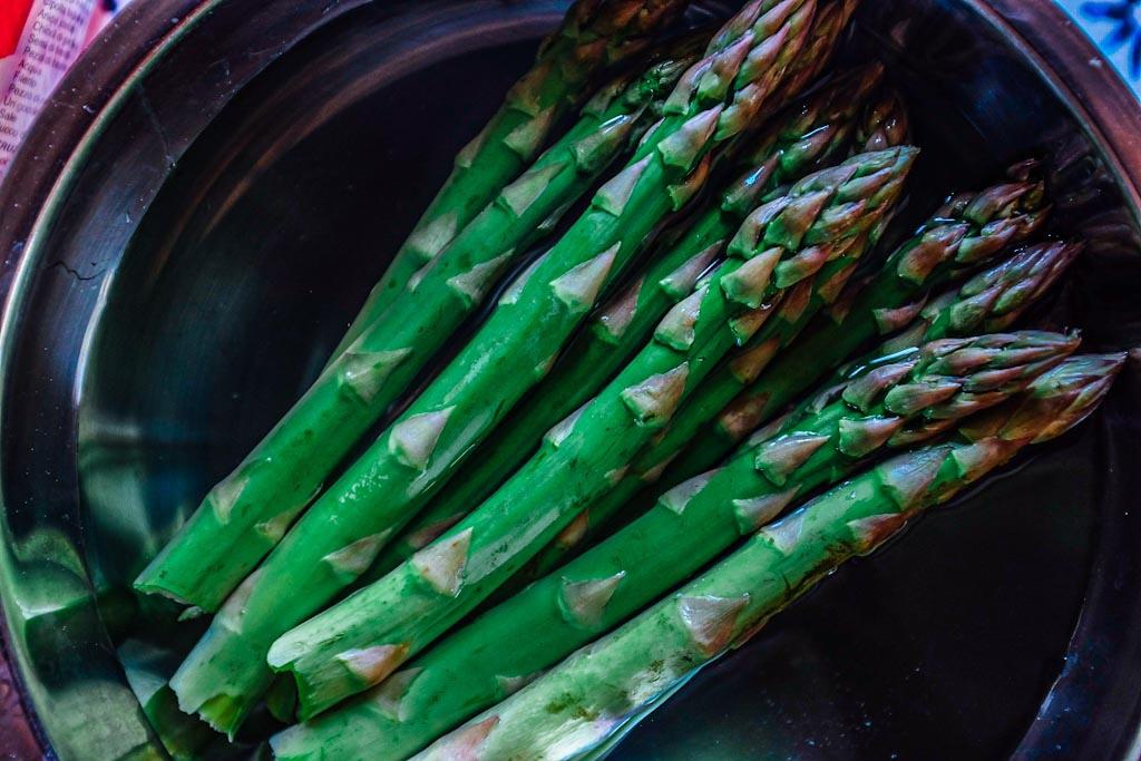 Dei freschi e croccanti asparagi sono un'ottima alternativa al cavolo Cinese. Ecco perché è l'opzione ideale per tutti i piatti saltati in padella. La sua consistenza croccante ed il gusto di verdura sono un bilanciamento perfetto alla pancetta.
