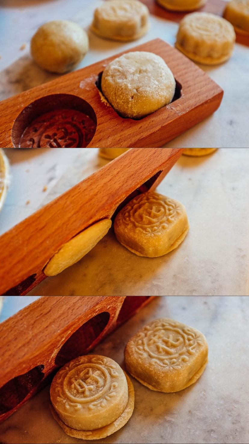 Impolvera la pallina di mooncake con un fine strato di farina tostata. Mettila nella forma, gentilmente premi fino a che il preparato è completamente dentro la forma.