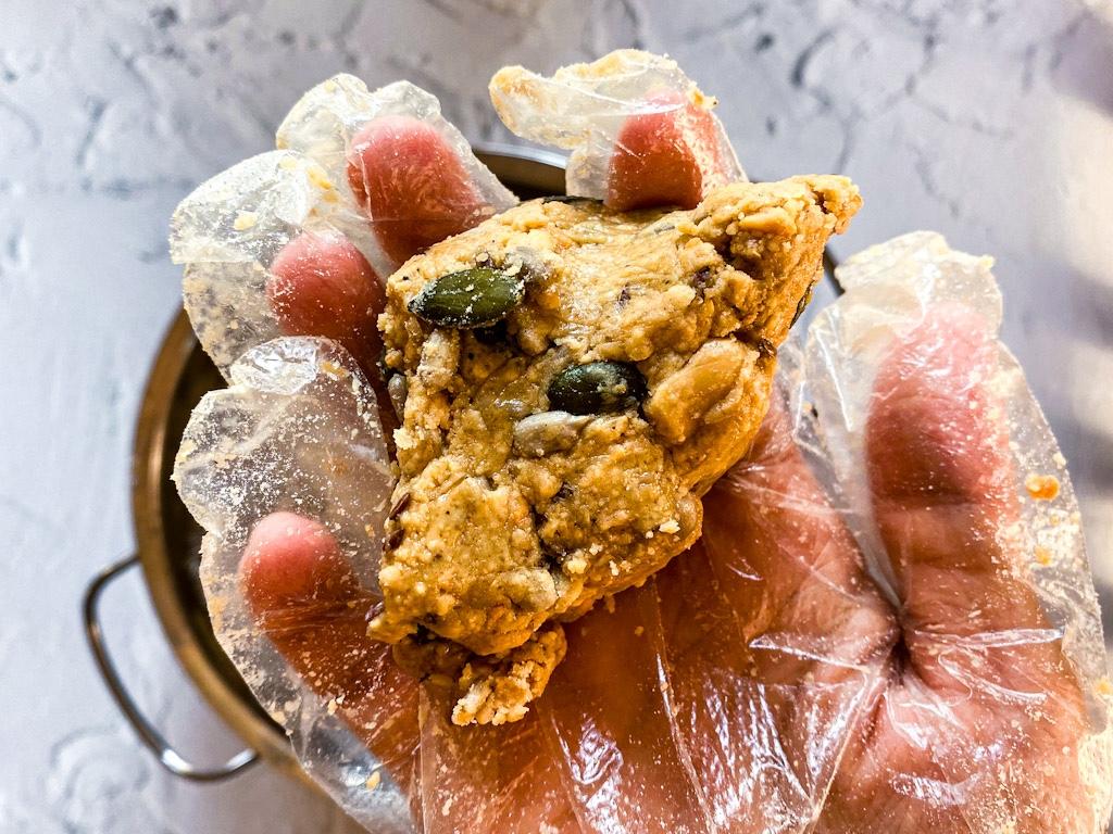 Aggiungi 30g di farina tostata e mescola bene. La consistenza del ripieno dovrebbe essere umido e colloso sufficientemente per tenersi compatto.