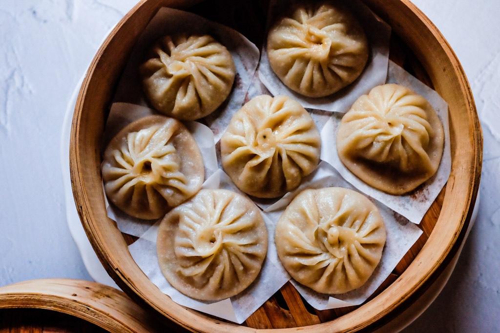 Quando, durante la cottura dello Xiao Long Bao, la gelatina viene riscaldata al vapore questa si trasforma di nuovo in brodo. Ecco come abbiamo ottenuto il famoso brodo fumante dello Xiao Long Bao.